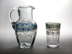 liten kanna och glas